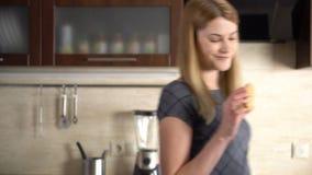 Jovem mulher atrativa bonita que escolhe entre a cookie e a maçã verde Conceito saudável do estilo de vida filme