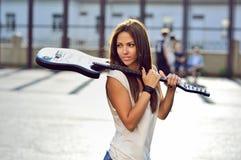 Jovem mulher atrativa com guitarra - retrato exterior da forma Fotografia de Stock