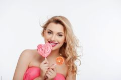 Jovem mulher atrativa com os dois doces doces Fotos de Stock