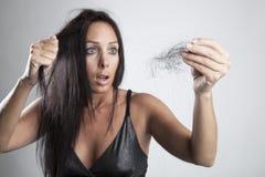 Jovem mulher atrativa com queda de cabelo foto de stock