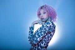 Jovem mulher atrativa com roupa afro do cabelo e do partido Foto de Stock Royalty Free