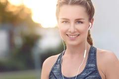 Jovem mulher atrativa com um sorriso bonito Imagem de Stock Royalty Free