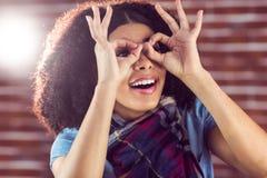 Jovem mulher atrativa de sorriso que tem o divertimento imagens de stock royalty free
