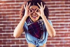 Jovem mulher atrativa de sorriso que tem o divertimento imagem de stock royalty free