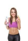 Jovem mulher atrativa do ajuste que come um petisco saudável Fotografia de Stock