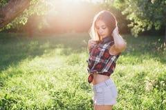 Jovem mulher atrativa em um parque Fotografia de Stock