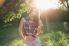 Jovem mulher atrativa em um parque Foto de Stock Royalty Free