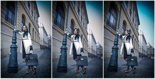Jovem mulher atrativa em um tiro da forma do inverno Moça elegante bonita no equipamento preto e branco que levanta na avenida Fotos de Stock Royalty Free