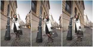 Jovem mulher atrativa em um tiro da forma do inverno Moça elegante bonita no equipamento preto e branco que levanta na avenida Imagem de Stock