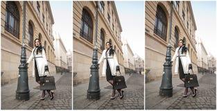 Jovem mulher atrativa em um tiro da forma do inverno Moça elegante bonita no equipamento preto e branco que levanta na avenida Imagens de Stock Royalty Free