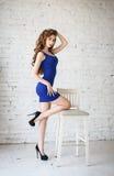 Jovem mulher atrativa em um vestido 'sexy' Foto de Stock