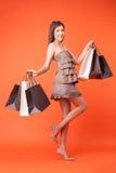 A jovem mulher atrativa está comprando a roupa nova Foto de Stock Royalty Free