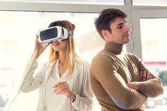 A jovem mulher atrativa está guardando os vidros 3D Fotografia de Stock