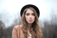 Jovem mulher atrativa no chapéu do moderno fora imagens de stock