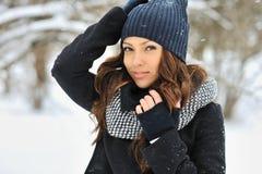 Jovem mulher atrativa no inverno - fora retrato imagens de stock