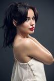 Jovem mulher atrativa no vestido 'sexy' elegante Fotografia de Stock Royalty Free