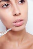 A jovem mulher atrativa obtém a injeção cosmética fotografia de stock