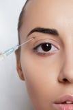 A jovem mulher atrativa obtém a injeção cosmética foto de stock royalty free