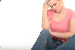 Jovem mulher atrativa pensativa triste que olha preocupada Imagem de Stock