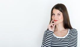 Jovem mulher atrativa profundamente em seus pensamentos Foto de Stock