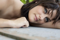 Jovem mulher atrativa que descansa e feliz Foto de Stock