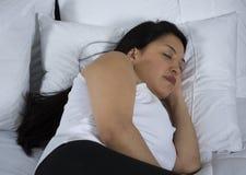 Jovem mulher atrativa que dorme bem na cama Imagens de Stock Royalty Free