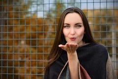 Jovem mulher atrativa que envia um beijo Autumn Landscape fotografia de stock