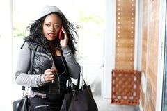 Jovem mulher atrativa que fala em seu smartphone fotografia de stock royalty free
