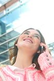 Jovem mulher atrativa que fala no telemóvel na cidade fotografia de stock royalty free