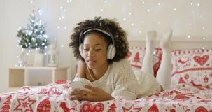 Jovem mulher atrativa que relaxa no Natal imagem de stock royalty free