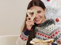 Jovem mulher atrativa que tem o divertimento com as cookies home no Natal Fotografia de Stock Royalty Free