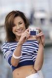 Jovem mulher atrativa que tem o divertimento no porto Fotos de Stock Royalty Free