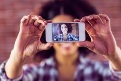 Jovem mulher atrativa que toma selfies com smartphone imagens de stock