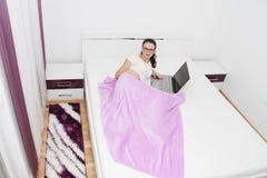 Jovem mulher atrativa que trabalha em seu portátil em casa Imagens de Stock Royalty Free