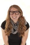 Jovem mulher atrativa que veste o sorriso preto dos vidros Imagem de Stock