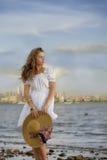 Jovem mulher atrativa que veste o vestido branco romântico fotografia de stock royalty free