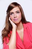 Jovem mulher atrativa que veste um vestido cor-de-rosa imagens de stock royalty free