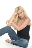 Jovem mulher atrativa relaxado feliz que senta-se no assoalho Imagens de Stock