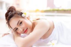 A jovem mulher atrativa sente relaxado e feliz fotografia de stock
