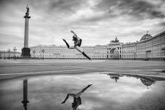A jovem mulher, a bailarina dança no quadrado fotografia de stock royalty free