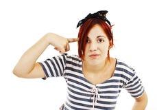 A jovem mulher bate seus testa e olhar em linha reta na câmera fotografia de stock