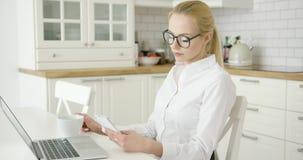Jovem mulher bem sucedida que usa dispositivos video estoque