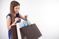 A jovem mulher bonita é compra indo com divertimento Fotos de Stock