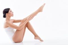 A jovem mulher bonita é inquietação de seu corpo Foto de Stock