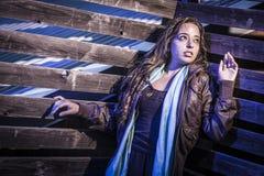 Jovem mulher bonita amedrontada na passagem escura na noite Fotografia de Stock