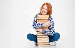 Jovem mulher bonita bonito bonita que abraça livros e sorriso fotos de stock royalty free
