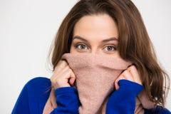 A jovem mulher bonita cobriu a cara pelo lenço cor-de-rosa morno Fotografia de Stock