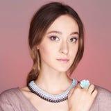 Jovem mulher bonita com anel da flor Imagem de Stock Royalty Free