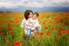 Jovem mulher bonita com as crianças no parque imagem de stock royalty free