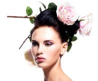 Jovem mulher bonita com as flores no cabelo. Fotografia de Stock Royalty Free